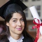 fille fière avec son diplôme